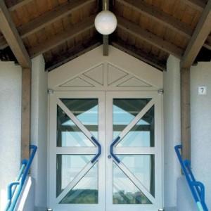 Puerta de acceso con acristalamiento